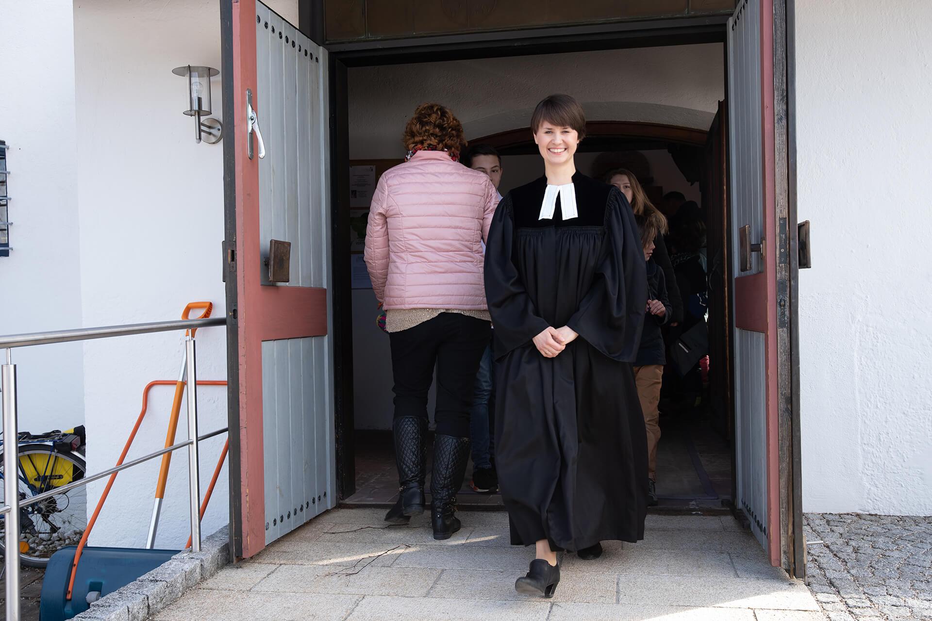 Pfarrerin nach einem Gottesdienst