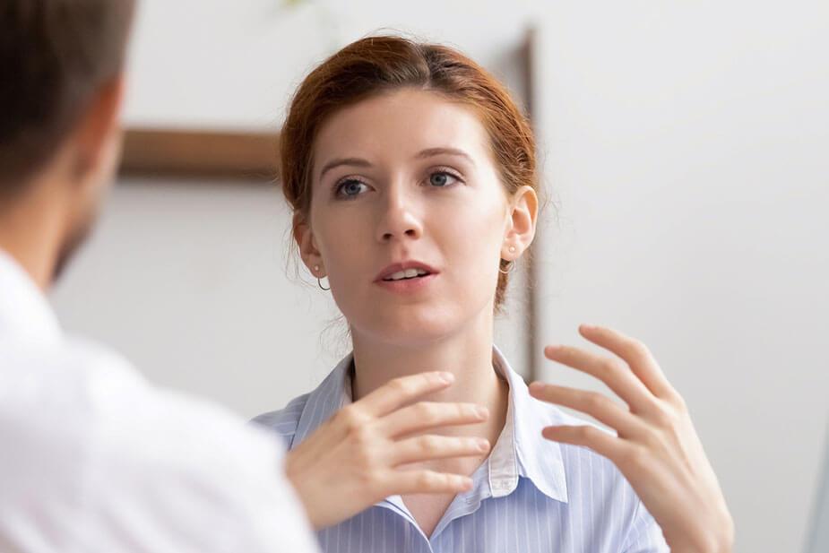 Frau im Gespräch