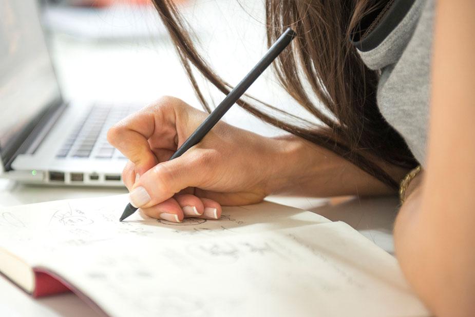 Frau schreibt Notizen auf