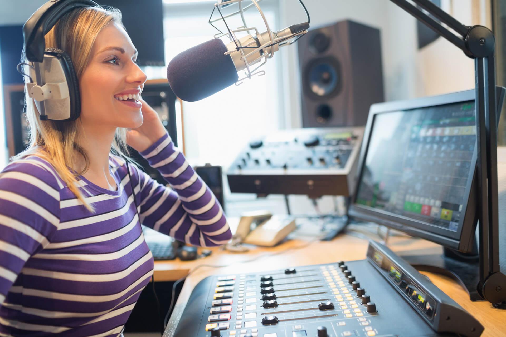 Frau vor Mikrofon in Radio Studio