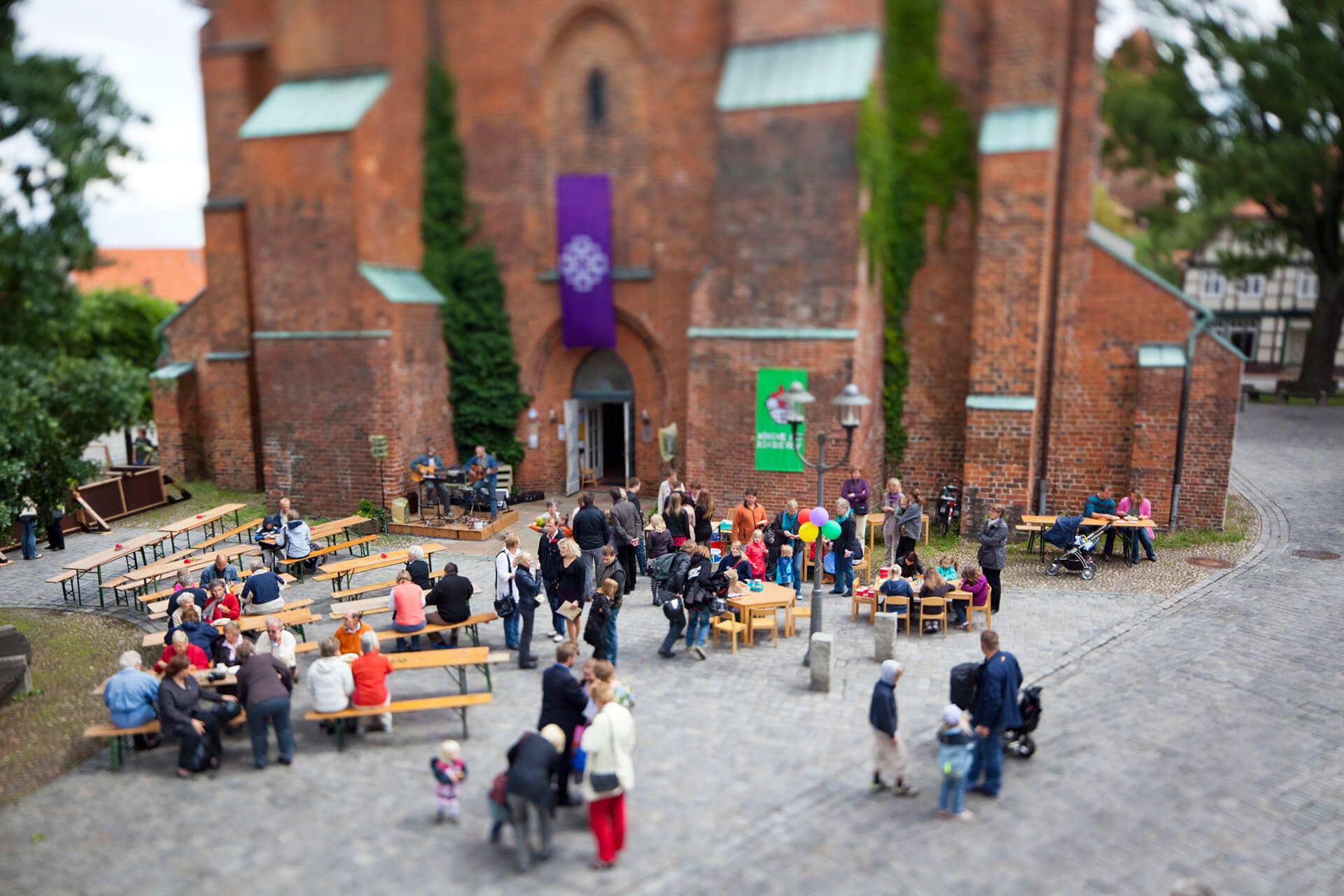 Gemeindefest vor Kirche