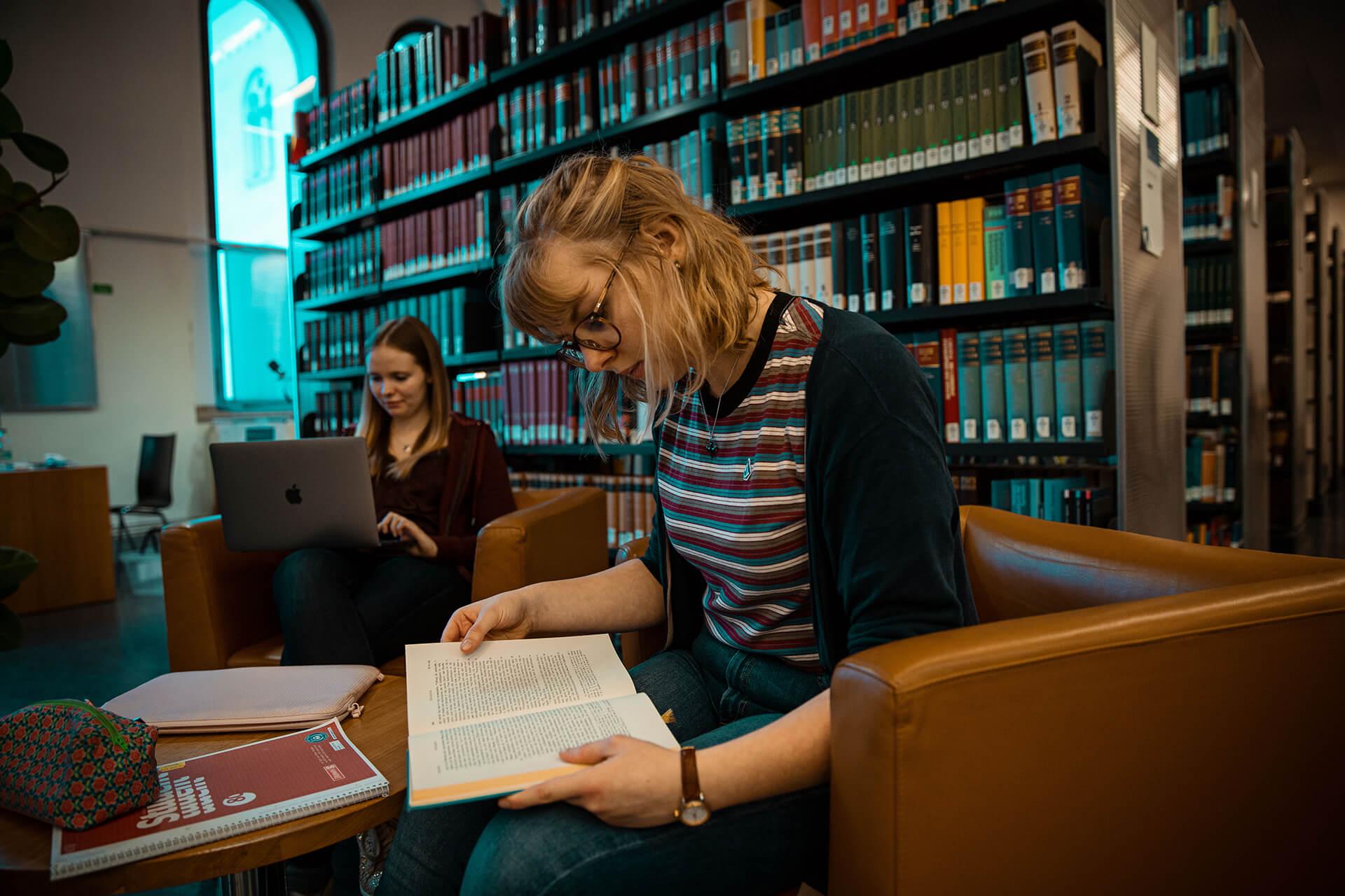 Studentinnen bei Lektüre in Bibliothek